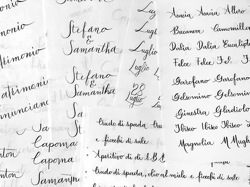 coordinato grafico matrimonio: fogli sparsi, inchiostro su carta con tecnica calligrafica
